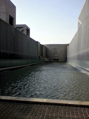 水が流れる壁